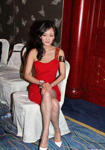 虽然经历过整形,但是杨幂的小腿肌肉异常发达,这样的坐姿让她的小腿看